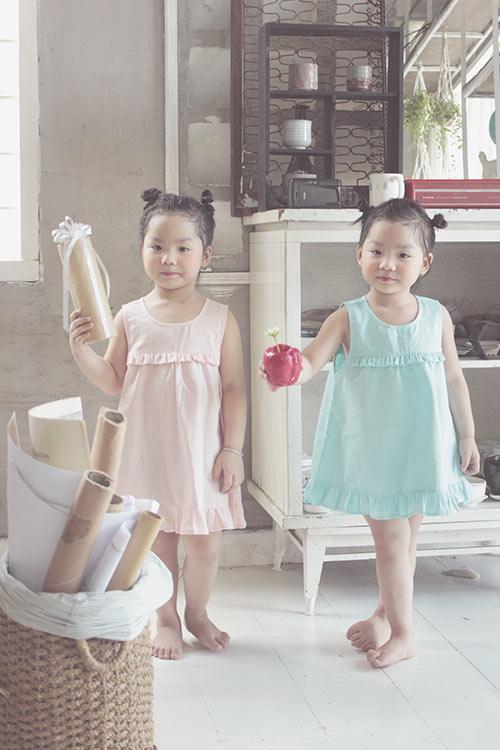 Ngắm hai cô nàng song sinh lũn chũn mặc váy hè tuyệt xinh - 9