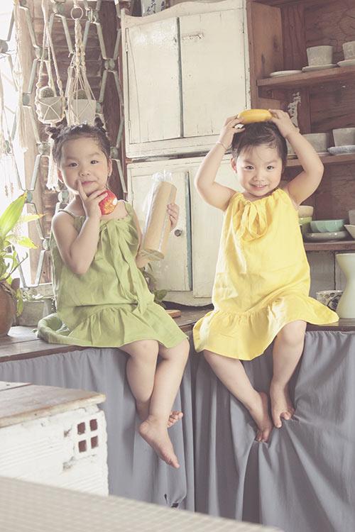 Ngắm hai cô nàng song sinh lũn chũn mặc váy hè tuyệt xinh - 11