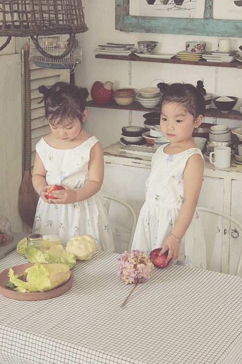 Ngắm hai cô nàng song sinh lũn chũn mặc váy hè tuyệt xinh - 12