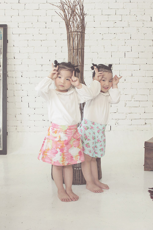 Ngắm hai cô nàng song sinh lũn chũn mặc váy hè tuyệt xinh - 15
