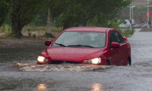 nước ngập bao nhiêu đủ để cuốn trôi ôtô - 1
