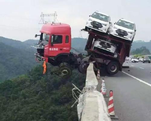 xe tải nằm vắt vẻo bên bờ vực - 1
