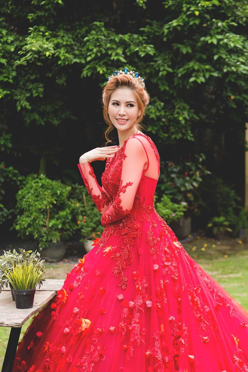 Á hậu thanh hoài thay 4 mẫu váy cưới bên mỹ nam ngoại quốc - 8