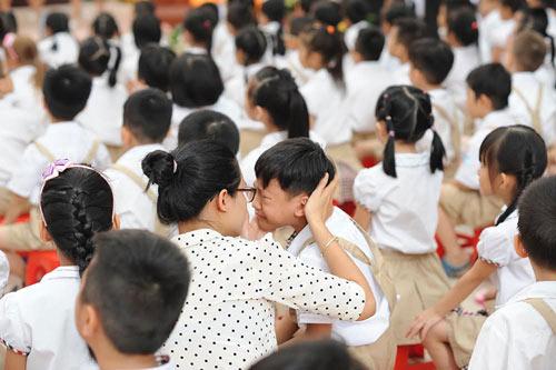 Dễ thương hình ảnh học sinh ngái ngủ khóc mếu ngày đầu đến trường