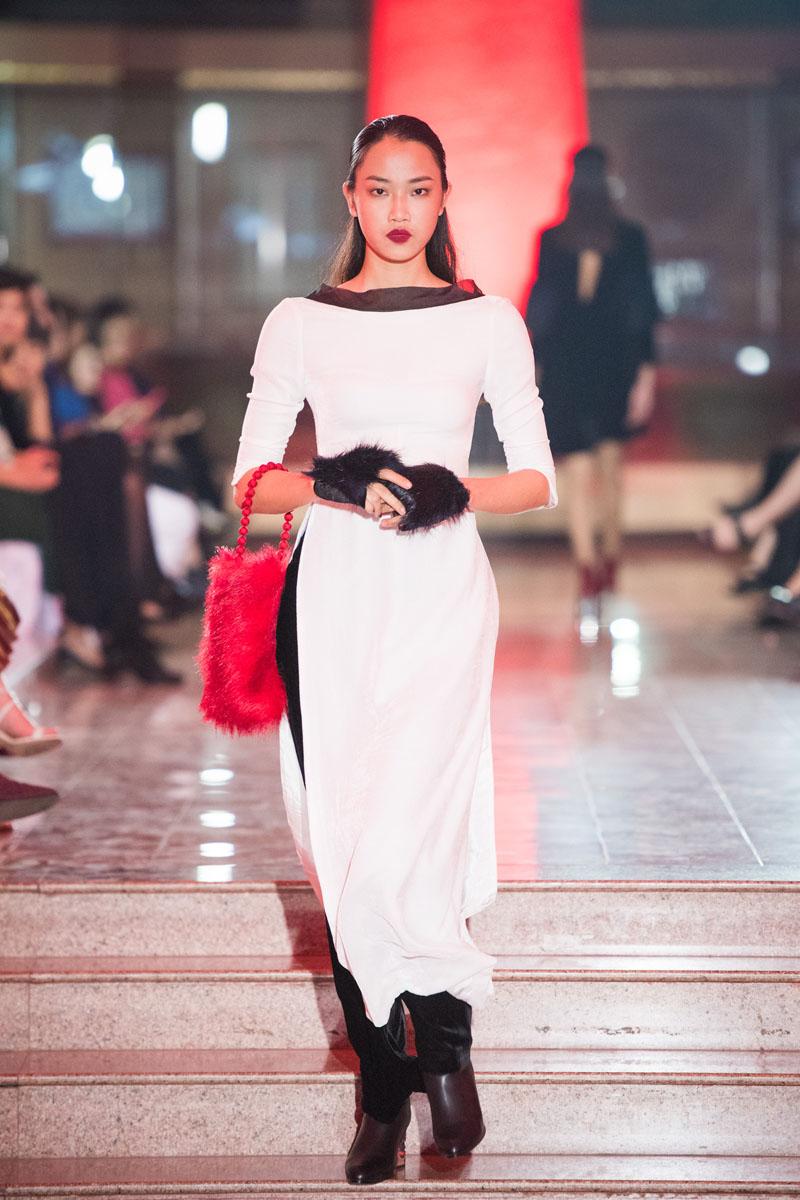 Hoa hậu thu thủy môi thâm lạ lẫm ở tuổi 40 - 4