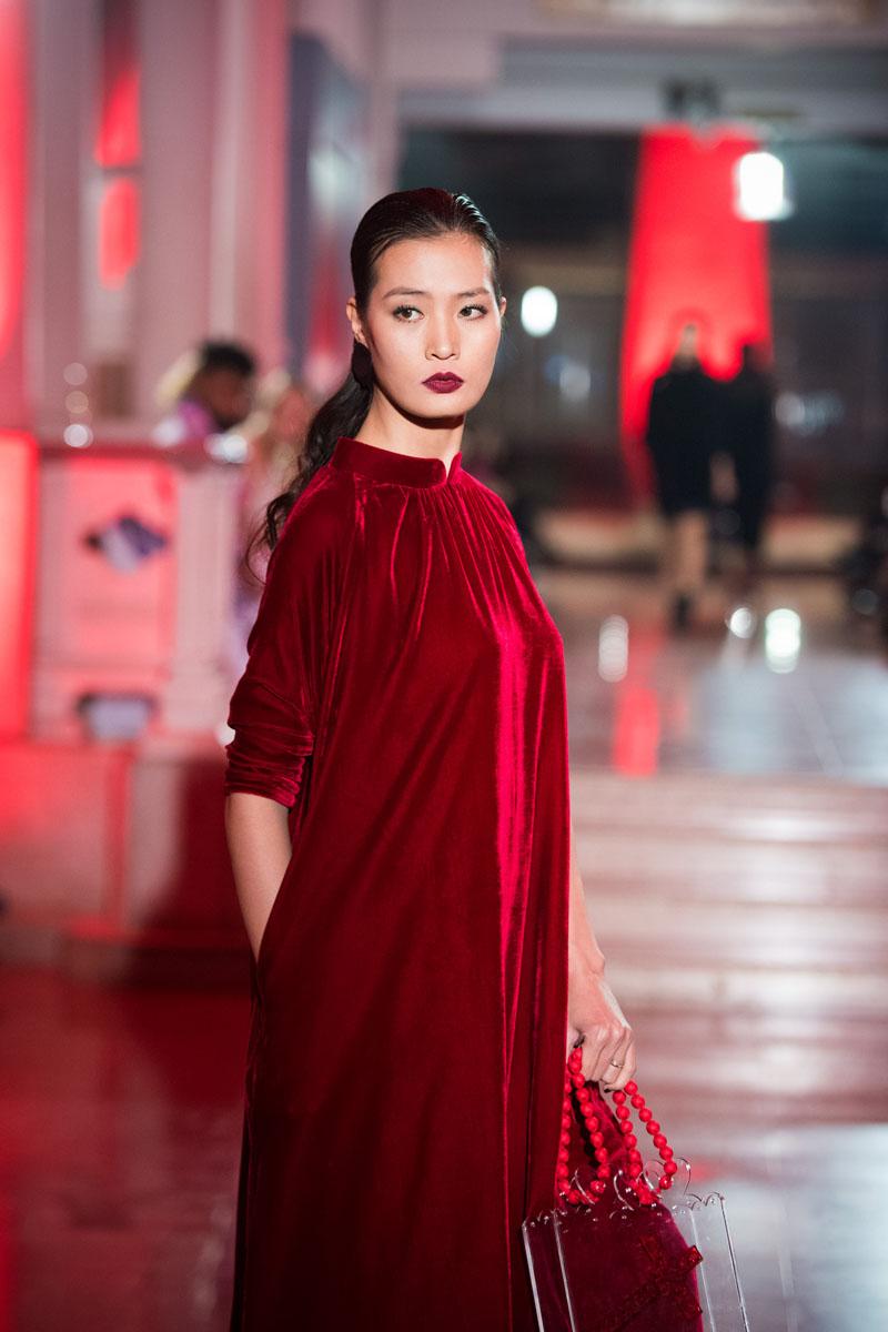 Hoa hậu thu thủy môi thâm lạ lẫm ở tuổi 40 - 14