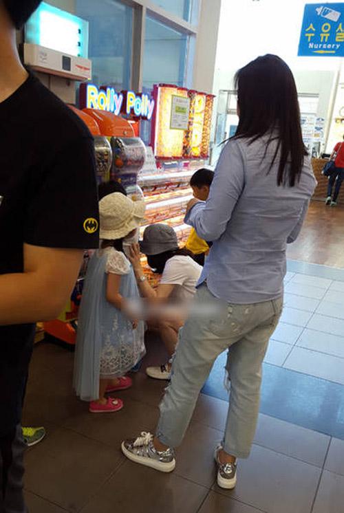 Lộ ảnh hiếm hoi vợ chồng lee young ae đưa các con đi chơi - 1