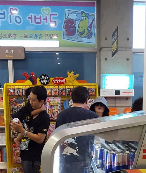 Lộ ảnh hiếm hoi vợ chồng lee young ae đưa các con đi chơi - 2