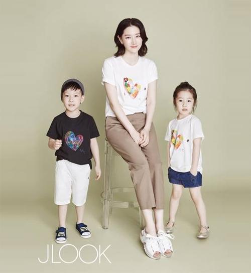 Lộ ảnh hiếm hoi vợ chồng lee young ae đưa các con đi chơi - 3