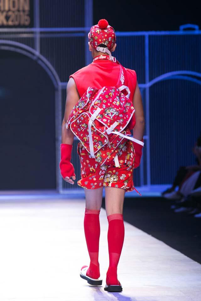 Người mẫu chạy toán loạn trên sàn diễn thời trang - 6
