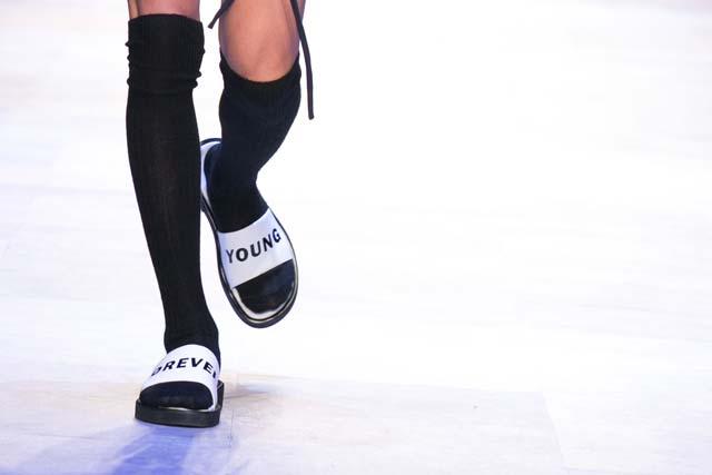 Người mẫu chạy toán loạn trên sàn diễn thời trang - 10