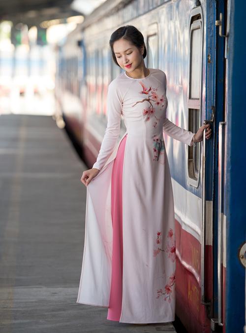 Những mẫu áo dài tết có sức mạnh diệu kỳ khiến mẹ và con gái trẻ như hai chị em - 3