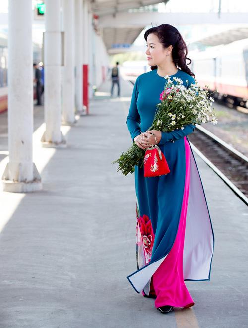 Những mẫu áo dài tết có sức mạnh diệu kỳ khiến mẹ và con gái trẻ như hai chị em - 4