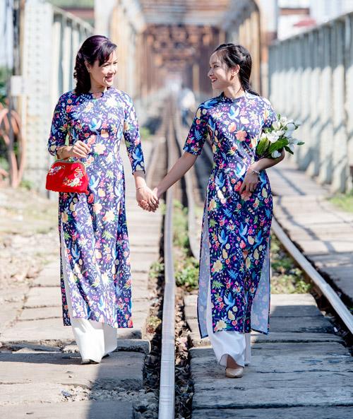 Những mẫu áo dài tết có sức mạnh diệu kỳ khiến mẹ và con gái trẻ như hai chị em - 16