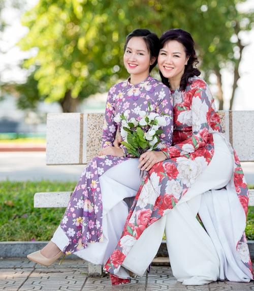 Những mẫu áo dài tết có sức mạnh diệu kỳ khiến mẹ và con gái trẻ như hai chị em - 18
