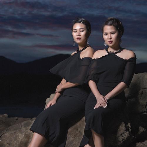 Thời trang công sở chất lừ của hai quý cô song sinh - 1