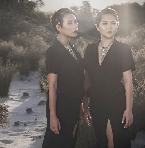 Thời trang công sở chất lừ của hai quý cô song sinh - 8